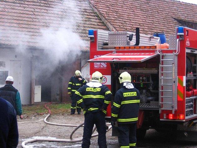 Požár zemědělské stavby v Postupicích likvidovali dobrovolní hasiči z Postupic a benešovští profesionálové