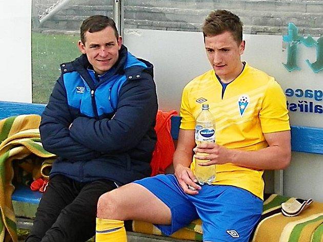 David Skopec (ve žlutém, vedle Martin Turek) byl o poločasové přestávce na lavičce spokojený, vstřelil gól Benešova.