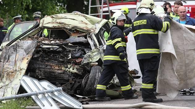 Osobní vozidlo se čelně střetlo s náklaďákem. Řidič na místě zemřel.