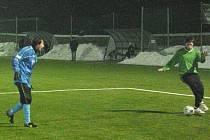 Týnecký stoper Pazdera (vlevo) sleduje, co s míčem předvede sedlčanský útočník.