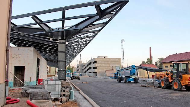 Z výstavby dopravního terminálu v Nádražní ulici v Benešově.