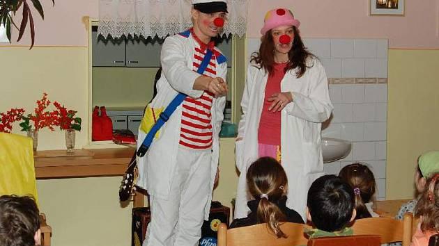 Dr. Klaun u malých pacientů v benešovské nemocnici.