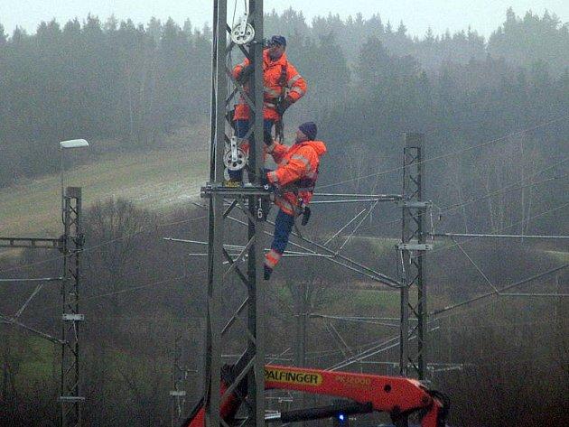 Přestavba stanice Olbramovice pokračovala i v neděli, když padala z nebe voda se sněhem.