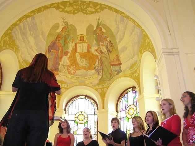 Poslední píseň, kterou zapěl v nově otevřené aule školní sbor, studentská hymna Gaudeamus igitur, zvedla ze židle každého, někomu vehnala dokonce do očí slzy vzpomínek na dávno minulá léta studií
