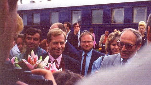 Václav Havel se při cestě vlakem zastavil v Čerčanech.