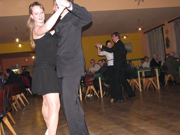 Hned při první písničce si parket sálu hospody U kaštanu zabraly dvojice mladých tanečníků a tanečnic.