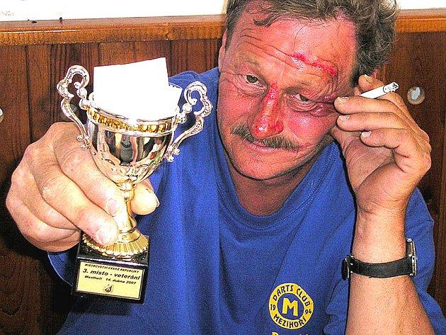 Tak smutně vypadá na snímku domácí player René Bulan starší, bronzový v kategorii veteránů.
