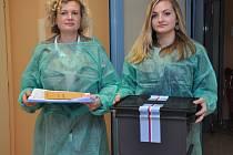 Volební komisařky s přenosnou urnou Pavla Vávrová s dcerou.