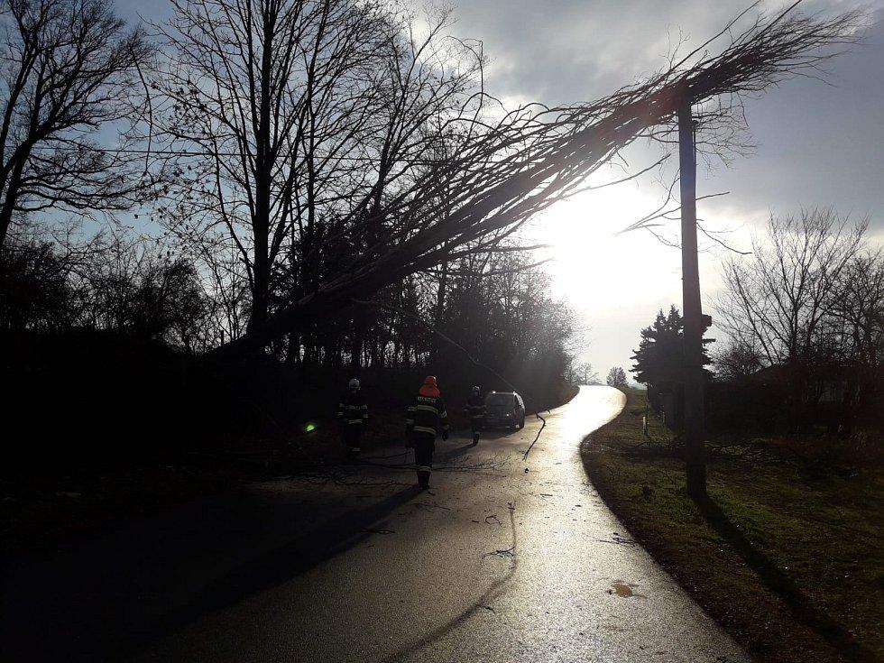 Strom spadlý na sloup.
