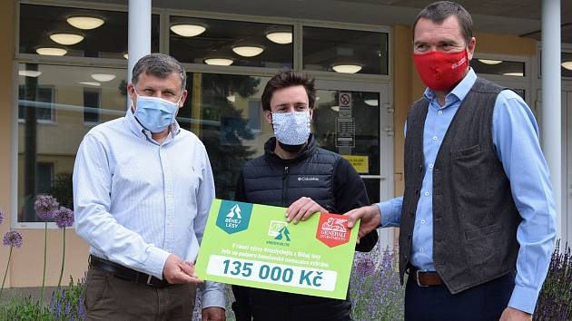 Z předání šeku s částkou 135 tisíc korun pro benešovskou nemocnici.