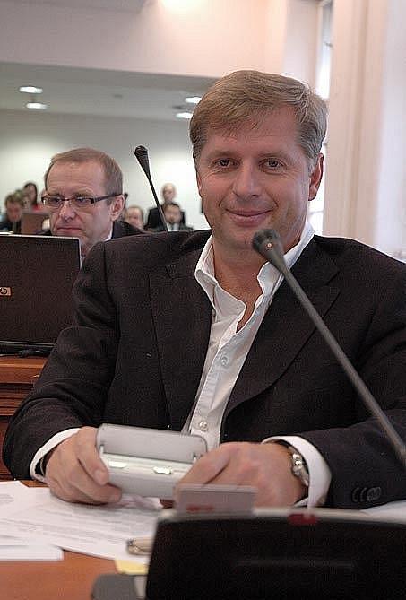 Bývalý hejtman Středočeského kraje Petr Bendl (ODS) a současný hejtman David Rath (ČSSD) jsou ve sporu kvůli plánům na stěhování pyšelského dětského domova. Rozhodnout mají krajští zastupitelé.