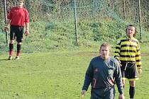 Brankář Holub (vpravo) a nestárnoucí Jan Kuželka (vpravo), byli důležitými články Chocerad. První držel mužstvo svými zákroky nad vodou a druhý se v průběhu podzimu stal hrajícím trenérem.