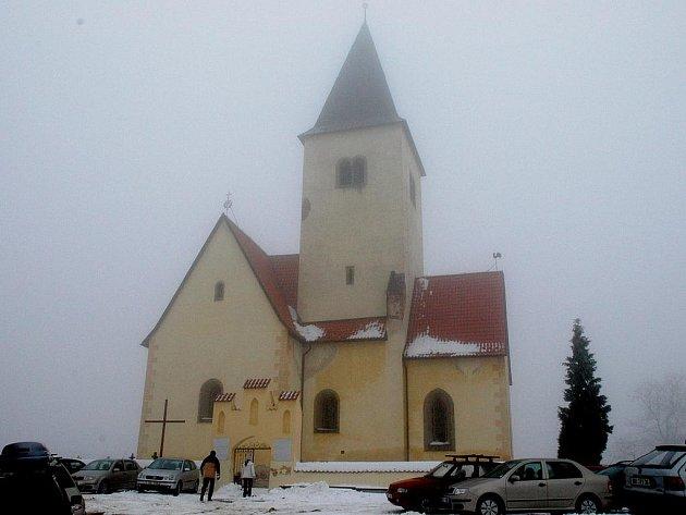 Kostel svatého Filipa a Jakuba na Chvojně.