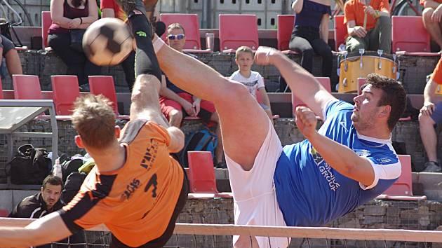 Trojkové souboje dvoumetrových Jiřího Doubravy (Šacung, vlevo) a Pavla Kopa (Modřice) vyzněly výsledkově lépe pro hostujícího smečaře.