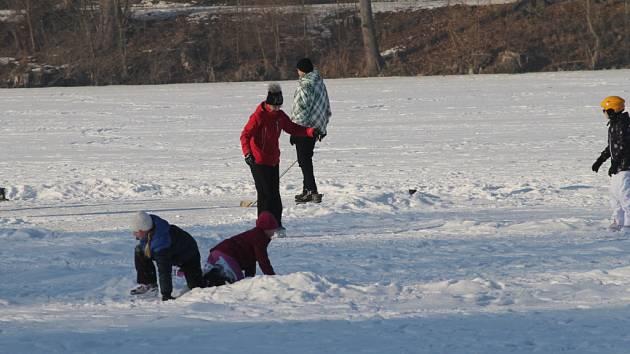 Víkendové bruslení na ledu Konopišťského rybníku.