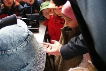 30. dubna navštívily policejní služebnu v Týnci nad Sázavou děti z MŠ