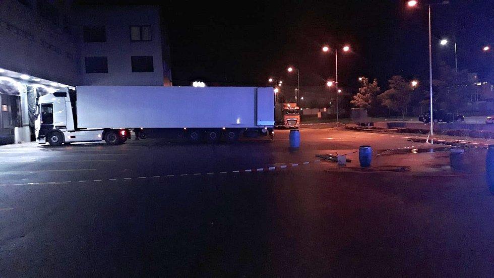 Hasiči likvidovali únik chemikálie v kamionu.