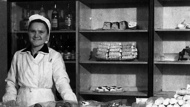Zaměstnankyně pultové cukrárny v prodejně potravin Pramen v Tyršově ulici v Benešově v padesátých letech 20. století.