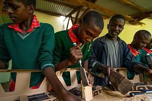 Dláta z Bystřice pomáhají v Keni.