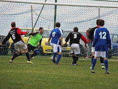 Soběhrdy se radovaly z první výhry v soutěži, když v zápase nejslabších týmů tabulky, porazily Trhový Štěpánov 5:0. Na snímku střílí pátý gól  hlavou Tomáš Rozehnal.