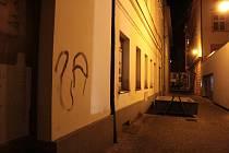 Počínání rádobyumělců v centru Benešova.
