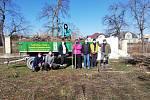 Pedagogové benešovské 'zemědělky' kromě distančního vzdělávaní a přípravy na něj se věnují také pracím na školním hospodářství.