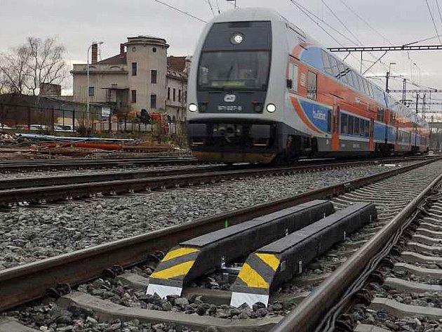 Pásy se zabudovanými čidly mezi kolejnicemi identifikují projíždějící vlak a odesílájí informaci o něm řídícímu pracovišti.