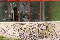 Takto vypadal veřejný majetek na sídlišti Harfa po nedávném víkendu. Nikdo z obyvatel prý nic neviděl ani neslyšel