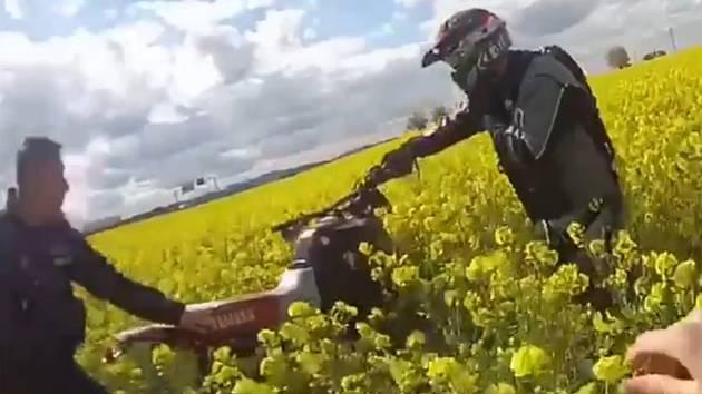 Policejní pronásledování a zadržení motorkáře u Benešova.