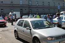 Při odjezdu z areálu se řidiči podrobili důkladným kontrolám.