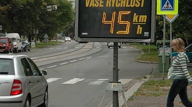 Blikající tabule s čísly ukazujícími aktuální rychlost jejich vozu