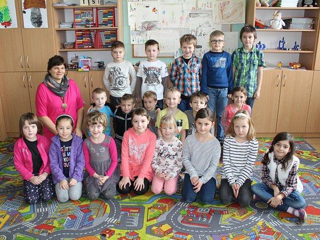 Žáci první třídy ze ZŠ Trhový Štěpánov střídní učitelkou Šárkou Kladivovou.