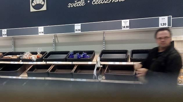 Pořídit pečivo na celé svátky - na období, po které musí být velké obchody s prodejní plochou nad 200 metrů čtverečních zavřeny - se ukázalo jako oříšek.