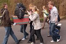 Studenti během několika hodin uklidili břehové porosty Jizery od Podlázek až vlakovému nádraží. Lidé jim připravili opravdu těžkou práci.
