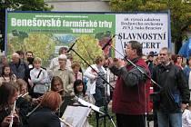 Dechový orchestr ZUŠ Benešov slavil 40. výročí na farmářském trhu.