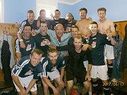 Ota Procházka (uprostřed) s týmem žije a v loňské sezoně zachránil Postupice až v posledním kole.