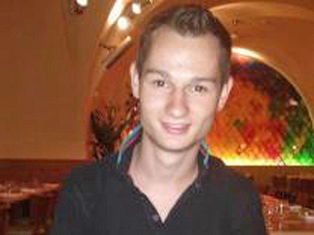 Dvacetiletý Erik Brož má hubenou 180 cm vysokou postavu, krátké hnědé vlasy a hnědé oči. Na obou předloktích má tetování.