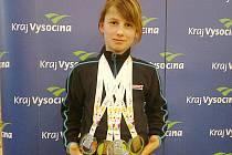 Kristýna Kaltounková z Vlašimi ukazuje čtyři získané medaile ze Zimní Olympiády dětí a mládeže, které ač jako hokejistka, získala v rychlobruslení.
