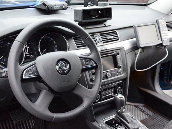 Škoda Superb sšestiválcovým motorem FSI oobjemu 3,6l a výkonem 191kW (260k) smaximální rychlostí jezdí na bernartickém a mirošovickém úseku dálnice D1.