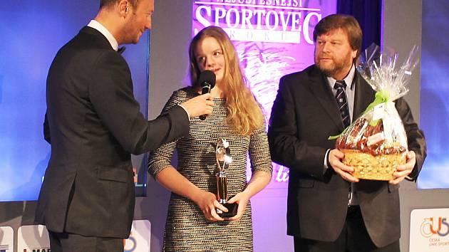Alžběta Dědová dostala cenu za vítězství Sportovce roku 2017 na Benešovsku v mládeži z rukou starosty města Vlašimi a senátora Luďka Jeništy (vpravo).