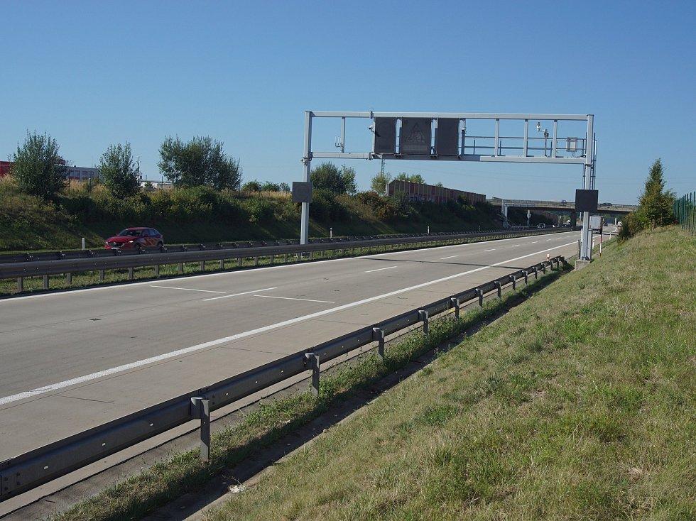 Poloportál úsekového měření rychlosti na výjezdu z měřeného úseku u Modletic - v dálničním kilometru 78,1 ve směru jízdy od dálnice D1 k D5.