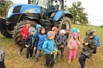 Děti z Mateřské školy MiniSvět Mrač navštívil traktorista se svým pracovním vozidlem.