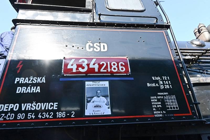 Posázavský Pacifik měl v sobotu 9. října milou návštěvu. Ze smíchovského nádraží ráno vyrazil nostalgický parní vlak. Jeho jízda byla okružní s dvouhodinovou zastávkou v Týnci nad Sázavou.