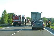 Dodávce upadla rezerva, na níž  najel nákladní automobil.