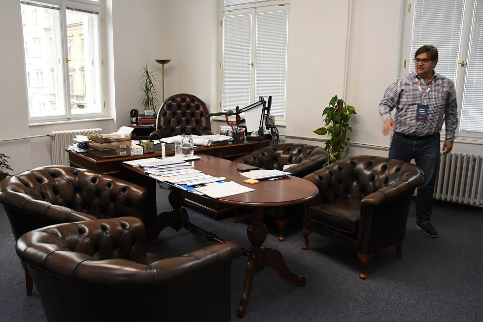 Na snímku kancelář náměstka hejtmanky Gabriela Kovácse, kde se uplatnilo vybavení, které bylo pro hejtmanskou pracovnu pořízeno před deseti lety za éry hejtmana Davida Ratha (tehdy ČSSD).