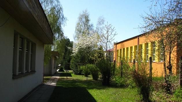 Mateřská škola v Týnci (vlevo) je v sousedství školy základní.