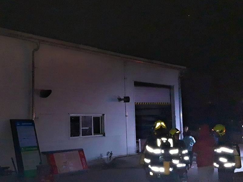 Noční požár řezačky plastů v reklamní firmě v Chrášťanech na Praze-západ