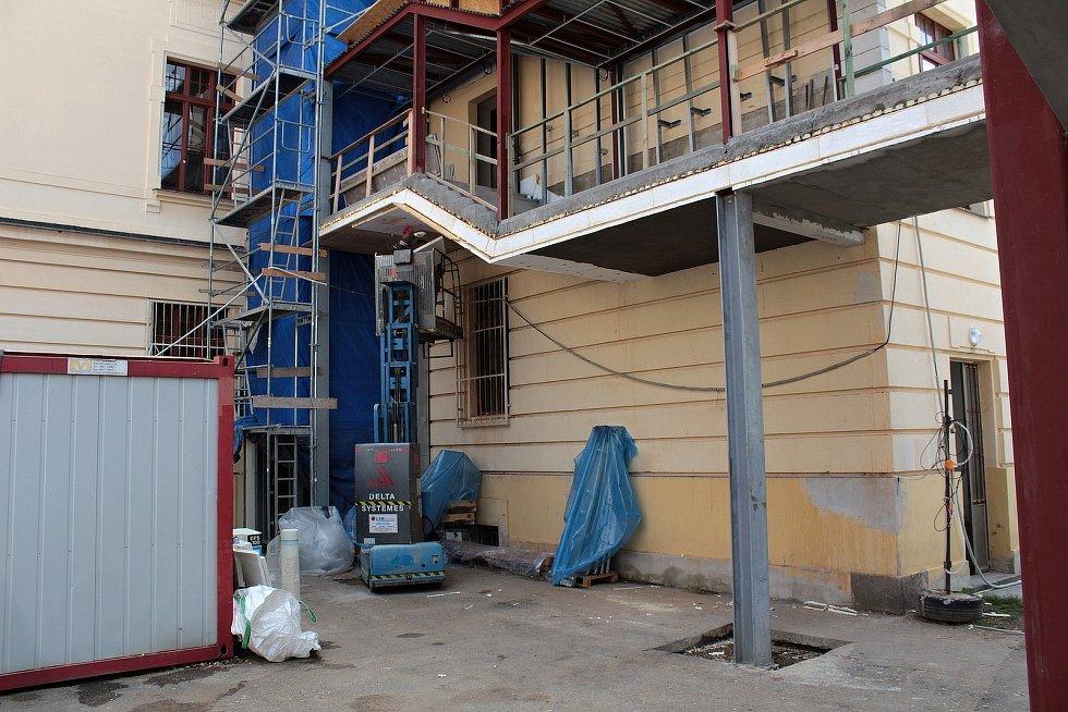 Stavba tělocvičny Gymnázia Benešov v předvečer zahájení nového školního roku 2021 - 2022.