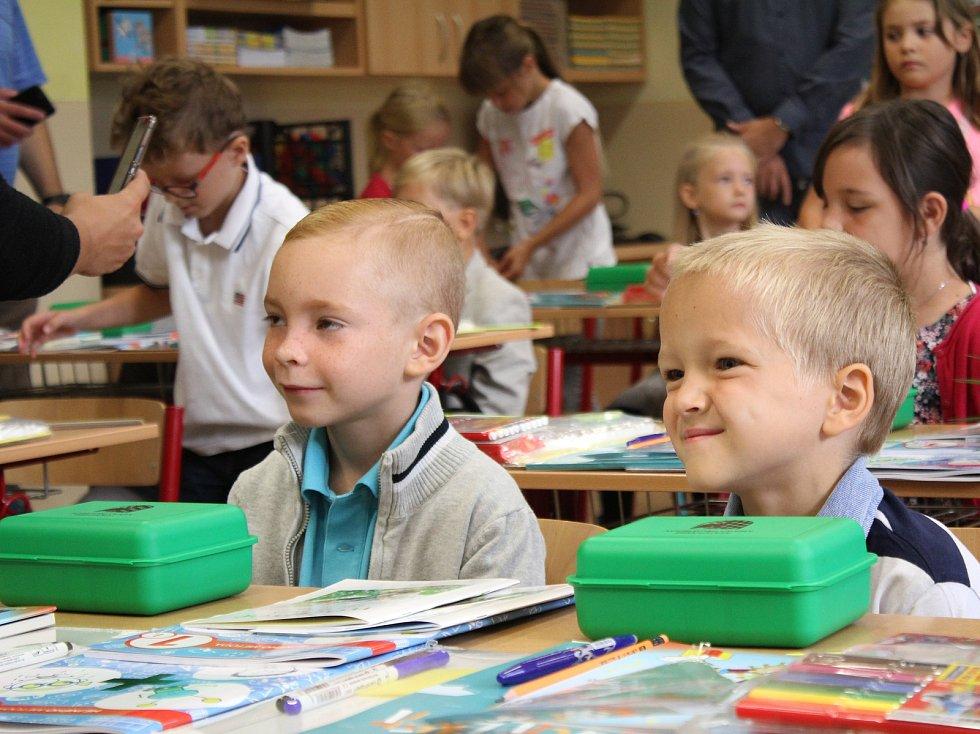 Děti nastupující do první třídy. Ilustrační foto.