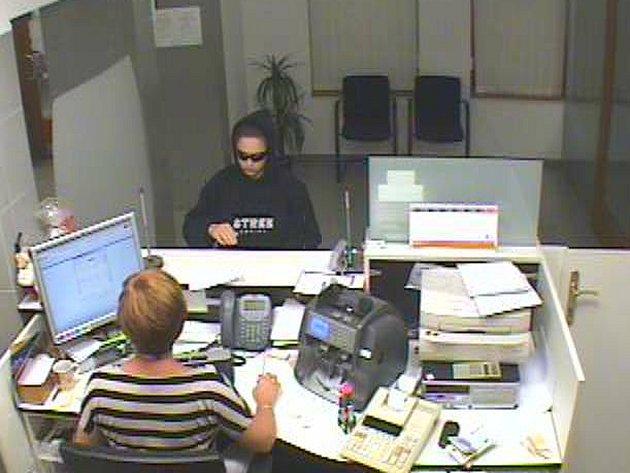 Při loupežné přepadení se žena v tísnivé finační situaci maskovala kapucí a tmavými brýlemi.